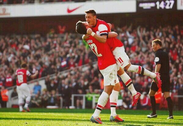 Ozil celebrates his goal with giroud