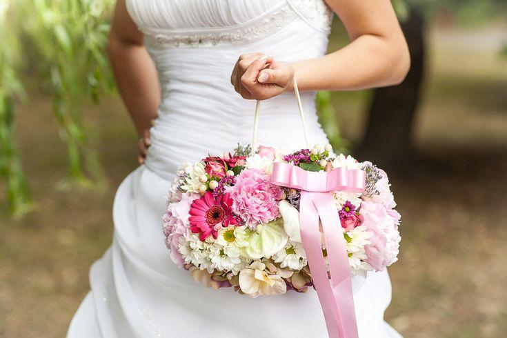 Zrkadlo vašich tajných prianí  Svadba je jedným z najdôležitejších dní v živote človeka. Našou pomocou a radami s výzdobou Vám, ale aj Vašim blízkym, z neho chceme urobiť nezabudnuteľný deň.