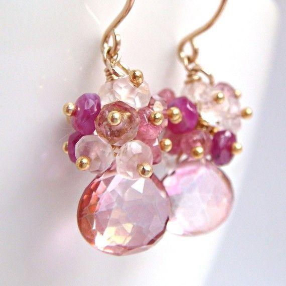 Roze Gemstone Cluster oorbellen- Ik heb mooie Rose quartz briolettes met clusters van sprankelende, gefacetteerd roze edelsteen rondelles gekoppeld: saffieren, Toermalijn, Rozenkwarts en meer roze kwarts. Zo mooi en vrouwelijk--grote voor wanneer u wilt een girly tintje. Perfect voor degenen die echt graag roze! Roze toermalijn is een October birthstone, dus dit een prachtig cadeau voor iemand met een verjaardag of speciale dag in die maand maakt. Totale lengte ~ 1 1/4 duim (3,2 cm) Kw...