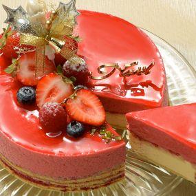 甘酸っぱいラズベリーピューレムースと、バニラムースを重ねた華やかなケーキ。