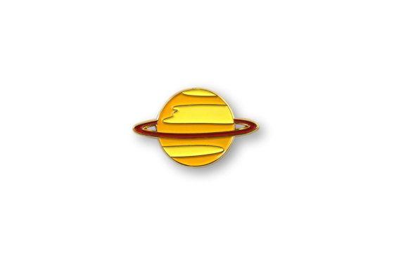 He encontrado este interesante anuncio de Etsy en https://www.etsy.com/es/listing/272114180/saturno-pin-esmaltado-dorado-pin-pennant