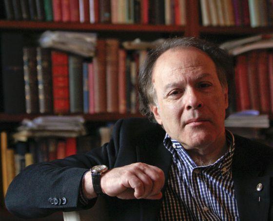 Javier Marías Franco es un escritor, traductor y editor español, miembro de número de la Real Academia Española.