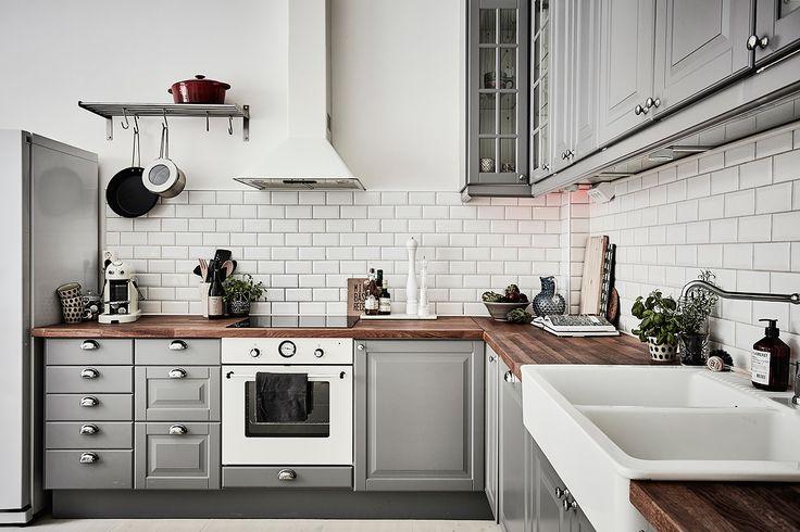 klassiskt grått kök Bostadsrätt, Aschebergsgatan 27 i Göteborg - Entrance Fastighetsmäkleri More