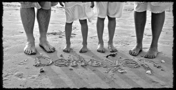 beach family photos ideas Love this one - write family name in