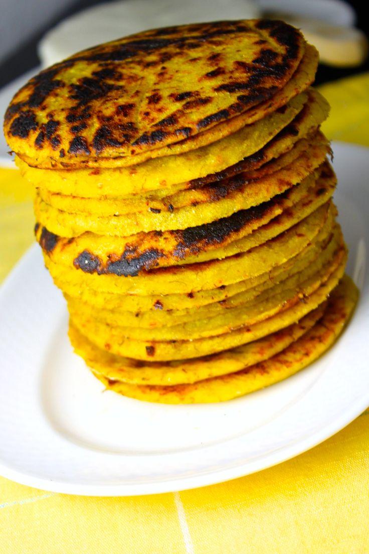Arepas de plátano -  4 plátanos maduros, pelados y cortados en 3 o 4 pedazos 1 taza de harina de maíz amarillo pre cocida (de la que se usa para hacer arepas) 1 cucharada de mantequilla a temperatura ambiente ½ taza de queso blanco madurado (usé Cotija) 1 pizca de sal Queso fresco
