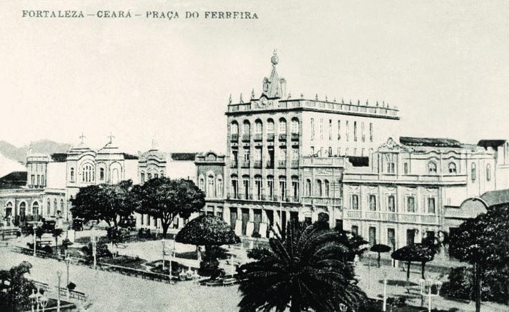 """Com a proposta de retratar um dos mais importantes símbolos de Fortaleza ao longo do tempo, a mostra """"Marcos e Memórias: a História da Praça do Ferreira"""" acontece até o dia 5 de dezembro, nesse mesmo local. A entrada é Catraca Livre."""