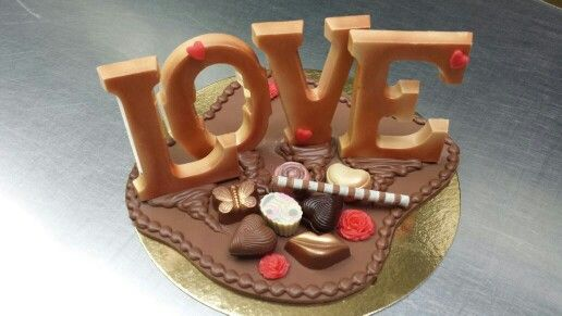 Love is all you need. Valentine Chocolate. Valentijn Chocolade  www.chocoladenzo.nl