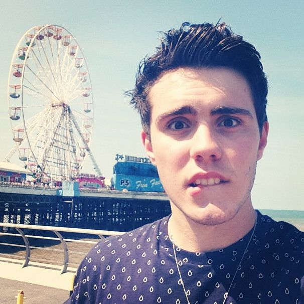 Alfie Deyes (PointlessBlog) When he bites his lip....*dead*