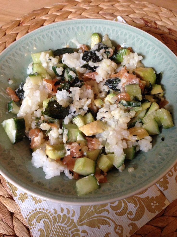 Sushi bowl met sushi rijst, 2 pakken gerookte zalm, 1 nori blad, 1 avocado, 1 komkommer, beetje mayo