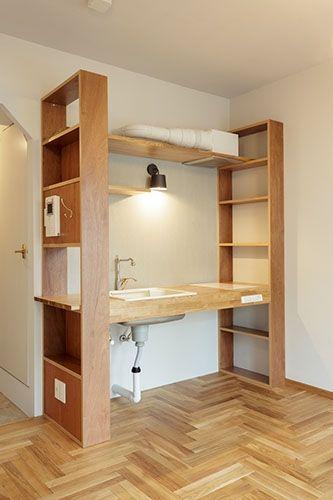 <p>2つの棚を脚にしたキッチン。収納も備えてるし、このスタイル面白い!</p>