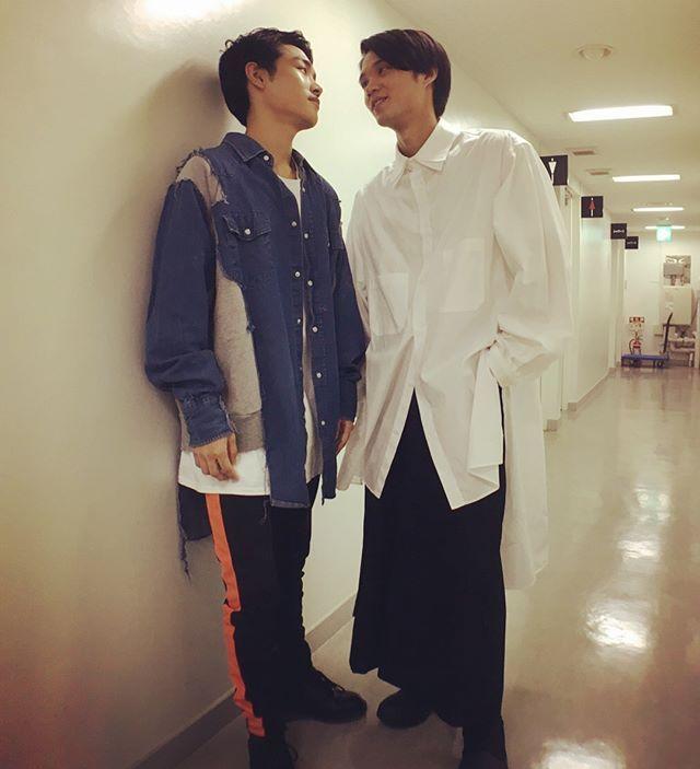 磯村勇斗さんはinstagramを利用しています 泉澤君と 睨み合いなのか キスなのか 今日の服は Yohjiyamamoto Ladmusician 服 磯村 スーツ