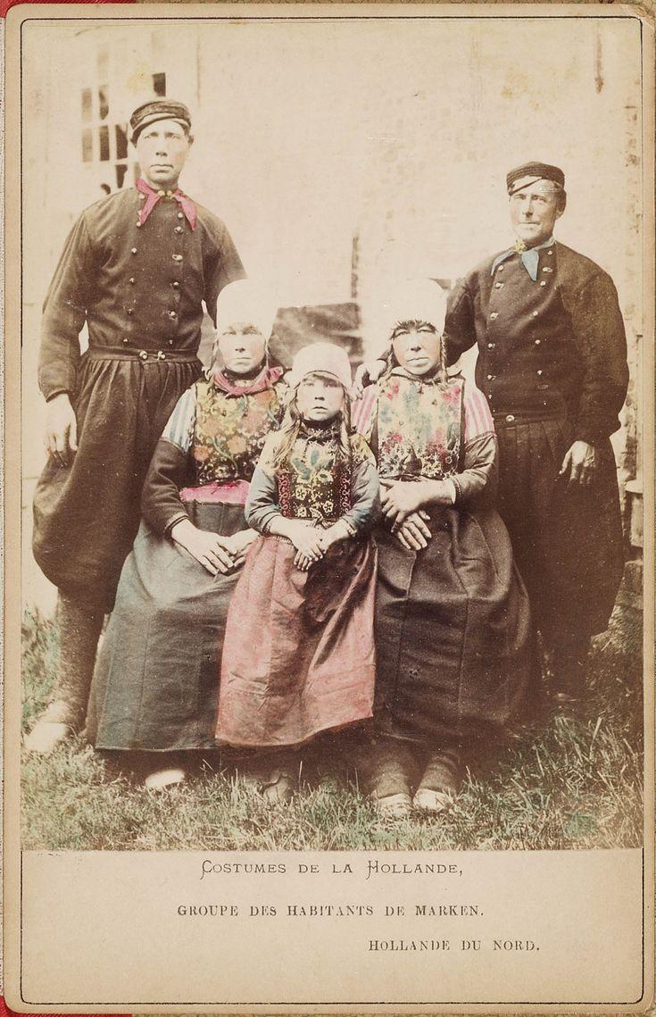 Twee mannen, twee vrouwen en een meisjes in Marker streekdracht. Uit een voor de Franse toeristenmarkt gemaakte leporello met 12 met de hand ingekleurde kabinetfoto's van Nederlandse streekdrachten 1875-1885 #NoordHolland #Marken