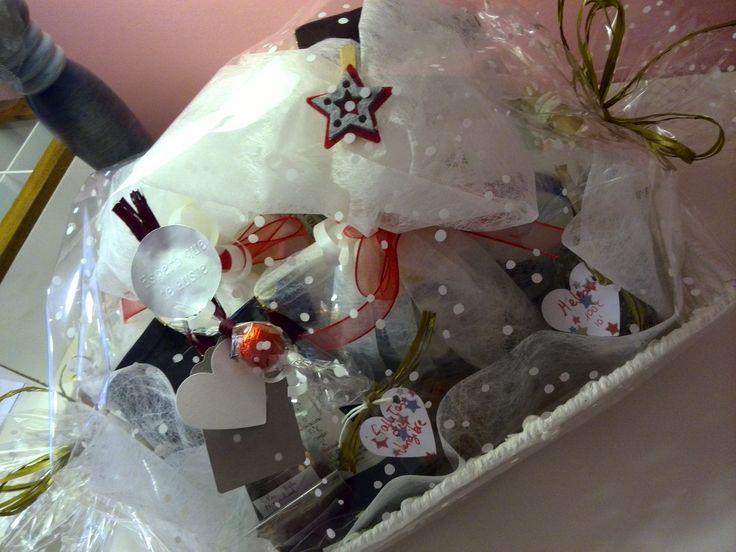 Cesta de navidad con tazas y diferentes variedades de té.