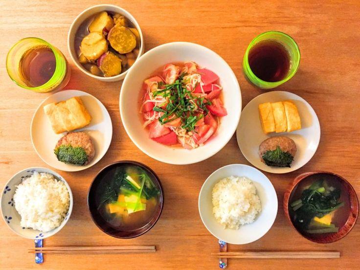 幼児食の献立の基本についてご紹介  献立をつくるときは、1汁2菜を心がけましょう    日本の料理では主食、主菜、副菜というように分類されています。  これを基に考えれば、栄養バランスの取れた幼児食の献立をたてることができます。  1汁2菜の献立とは、「主食」と「汁物」に「おかず2品」をそろえた献立です。  おかずは肉・魚類の「主菜」、野菜類の「副菜」に分けられます。  量もなかなか難しいですよね?  基本の量の目安としては、幼児食移行期・前期では大人の3分の1、後期は2分の1くらいです。  ただ、この頃は食べムラがよくあります。  私の娘も日によってすごくよく食べる日と、全く集中せずに少ししか食べない日、好きなものしか食べない日があります。  食べない日があっても、あまり気にしないことが大切です。  人それぞれ個人差がありますので、ゆっくり様子を見てあげましょう。