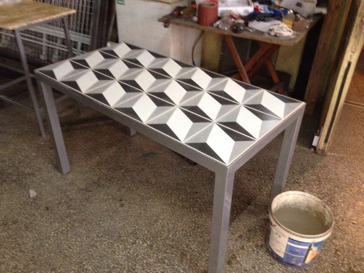 Τραπέζι με 3D κεραμικό πλακάκι.