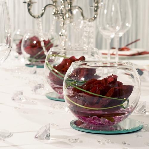 """Rosen mit Spiegeluntersetzern perfekt in Szene gesetzt - Tischdekoration """"Klassik Kristall Rot""""- meine-hochzeitsdeko.de"""