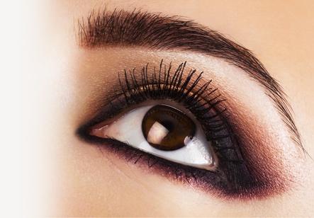 Dumanlı Gözler Uygulaması  Dumanlı göz makyajı bir makyaj tarzıdır. Tarzı gözlerini dramatik ve sofistike bir görünüm kazandırmak isteyenlerin seçimidir. Siz de Dumanlı Gözler Uygulaması'nı seçerek uzman eğitmenler tarafından kendi gözlerinize çok özel bir makyaj yapmayı öğrenebilir ve hayata çok daha güzel bakabilirsiniz. Şimdi bırakın mutluluğunuz gözünüzden okunsun. http://www.magicgift.com/dumanli-gozler-uygulamasi-617