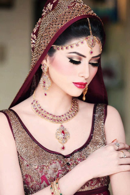 Prev.pinner:Pakistani Bride from Pakistan!!! * I looove her matha patti, altho I think id like it better tucked back right along the hairline