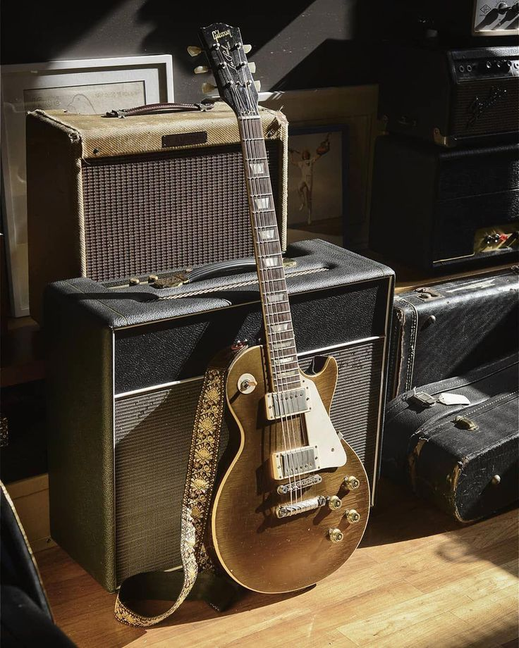 затертые старые гитары фото фото колоннами
