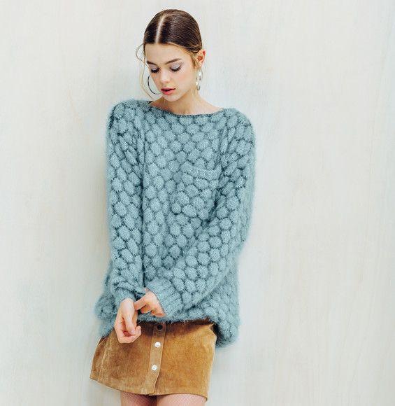 Un look très en vogue grâce à ce modèle de pull au point fantaisie qui offre de…