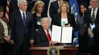 Donald Trump al momento de firmar la orden ejecutiva sobre la construcción del muro en la frontera de México.