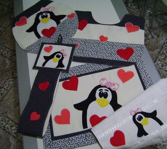 Jogo de Banheiro Completo-Pinguins Confeccionado em tecido 100% algodão,fibra,forro em algodão cru e aplicações. Tampa - 44 x 40  Porta Papel Higienico p/02 rolos Toalha de Rosto com aplicação OBS: Consultar disponibilidade de tecidos. R$ 130,00