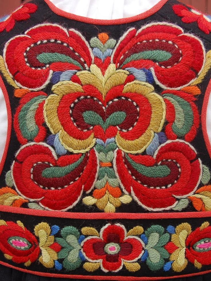 Fritt brodert Hallingbunad, Embroidery Anne Lybekk (1873-1973), Gol, Hallingdal. Foto Vibeke Hjønnevåg http://home.online.no/~vi-hjoen/