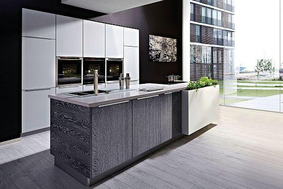 Offene Wohnküchen liegen im Trend (mpt-14/47832a). Viele Menschen lieben die trendige Wohnküche. Dabei handelt es sich um eine zum Wohnbereich sehr großzügige, offene Küche.   Wohnküchen sind meist mit einer zentralen Kochinsel ausgestattet. Foto: djd/TopaTeam