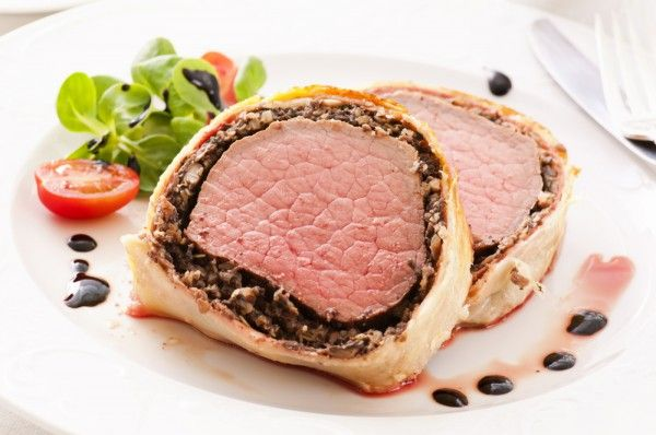 Свинина с грибами в тесте  свиная вырезка1 кг шампиньоны500 г репчатый лук1 шт. слоеное дрожжевое тесто450 г соль, перец пряности раст масло4 ст.л. молокодля смазывания