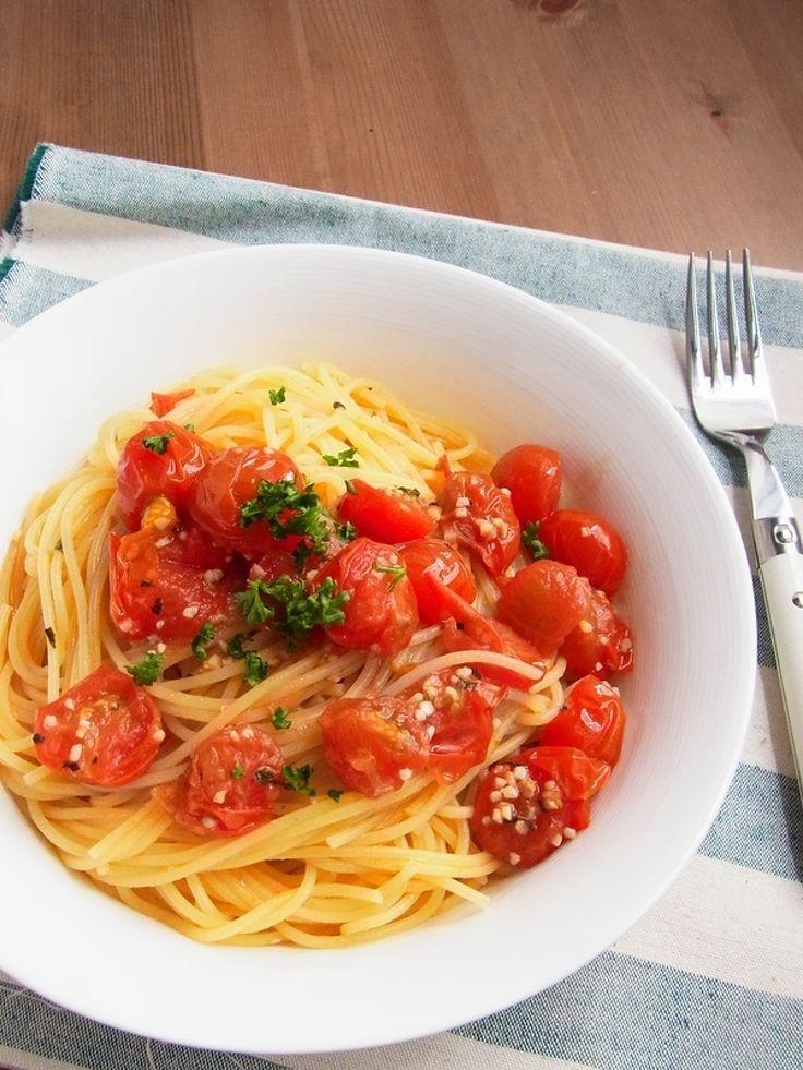 ミニトマトのオイルパスタ by 庭乃桃 / 常備菜「ミニトマトのアヒージョ(レシピID:127135)」を使って作る簡単パスタ。茹で上がったパスタを混ぜ入れるだけで作れますが、ミニトマトの甘みと旨味がしっかり引き立って絶品の一皿に♪ / Nadia