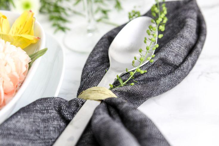 Servetten och besticken ihopknutna med thlaspi och snöre. Foto Derin Ivgen