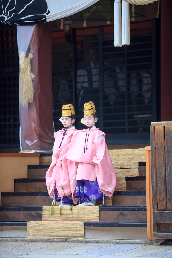 Kyoto(Yasaka Shirin)京都 / 長刀鉾稚児社参(祇園祭)/ 長刀鉾の稚児が、禿(かむろ)の稚児と共にに八坂神社に詣でる / 水干姿