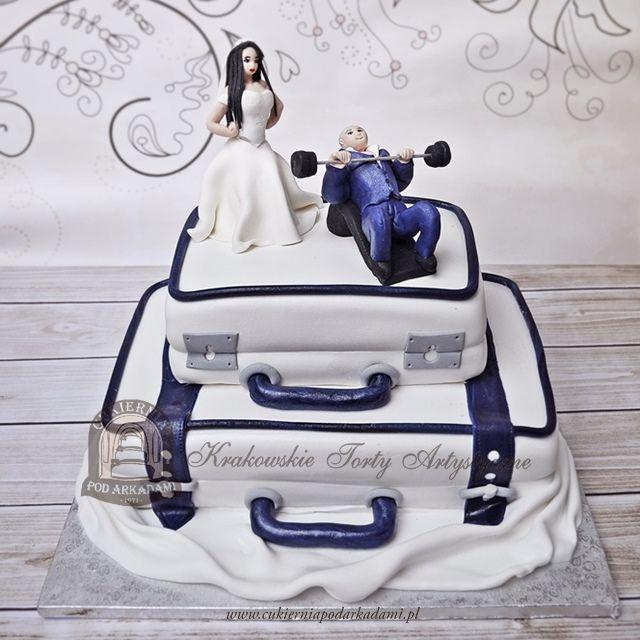 12BW. Tort weselny walizki z figurkami młodej pary.