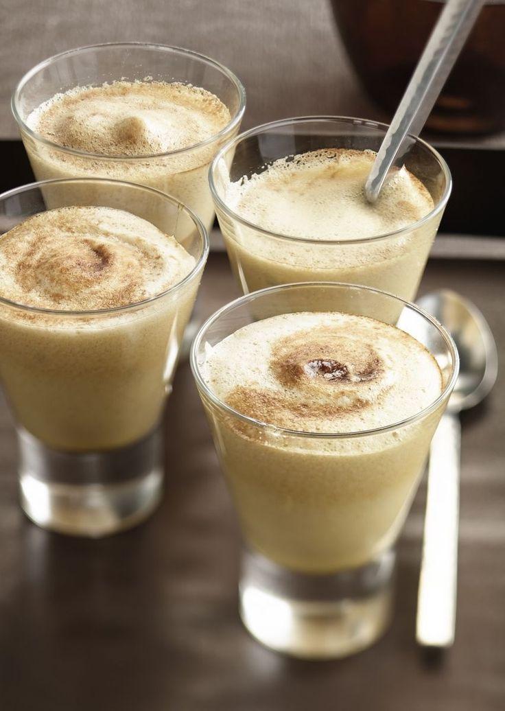 bereiden: Klop de dooiers met de suiker tot het mengsel bijna wit is. Vermeng de marsala, kaneel en oploskoffie en klop dit op laag vuur of au bain marie door het eimengsel. Blijf kloppen tot het een dikke en luchtige sabayon is geworden. Voeg er op het laatste ogenblik de muntblaadjes bij. serveren: Verdeel het mengsel over de 4 glazen en bestrooi met cacaopoeder.
