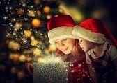 arbol : Navidad caja de regalo mágico y una niña mujer feliz madre de familia y su hija Foto de archivo