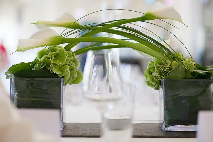 Tischdekoration mit weißen Callas und grünen Hortensien bei www.weddingstyle.de | Foto: Stefan Heister