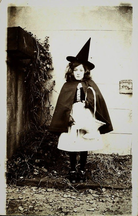 Vintage Everyday Photos Of Funny Halloween Costumes From Between The 1900s To 1920s