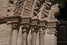 Imposta. Es un saliente o saledizo que marca la línea divisoria entre un elemento arquitectónico que sustenta (columna, pilar o muro) y otro sustentado curvo (que puede ser un arco o bóveda)