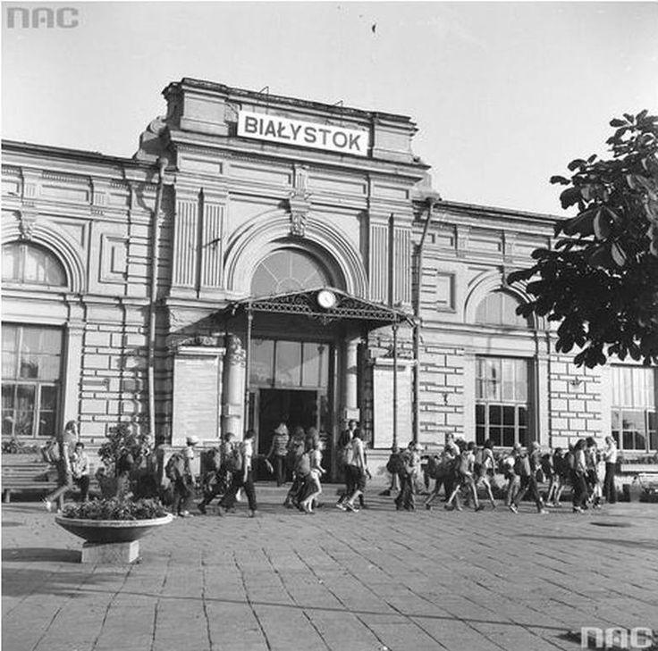 Tak, dworzec kolejowy to była chluba Białegostoku. Międzynarodowe pociągi, restauracja i wszechobecny na takich strategicznych obiektach zakaz fotografowania.