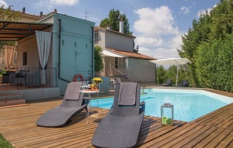 VILLA CRESPINA 12  Elegante villa aan de rand van een klein gehucht in de heuvels nabij de kust van Pisa. Met goed weer is vanaf het huis het profiel van de scheve toren van Pisa zichtbaar. De woning biedt maximaal comfort zowel binnen als buiten. Op de 2de verdieping: biljartkamer en fitnessruimte. L-vormige zwembad beschikbaar van 13/6-12/9. Diensten in de prijs inbegrepen: Huishoudelijke hulp voor ongeveer 2 uur van maandag tot zaterdag voor het schoonmaken van de kamers en badkamers en…