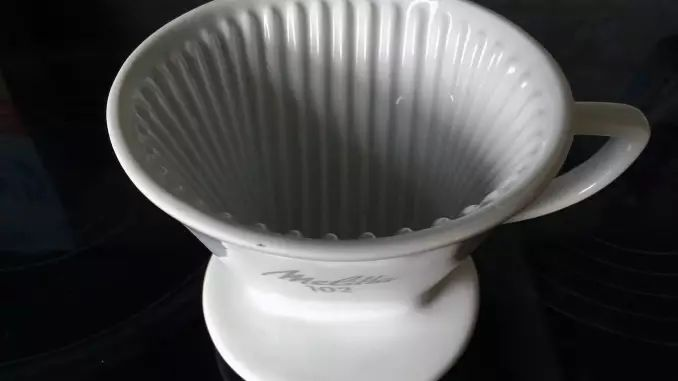 Den Filter und die Filtertüte hat Melitta Bentz erfunden und im Jahr 1908 zum Patent angemeldet. Für ihren Prototyp hat sie den Boden einer Blechdose mit Löchern versehen und ein Löschpapier hineingelegt.
