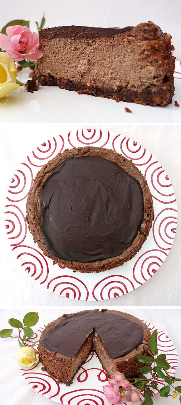 Ein Dreifacher Schoko-Käsekuchen der seinen Namen verdient: im Knusperboden ist Schkolade, in der Käsecreme ist Schokolade und obenauf eine dicke Schicht Ganache. Natürlich heißt das Gebäck in den USA Triple Chocolate Cheesecake.