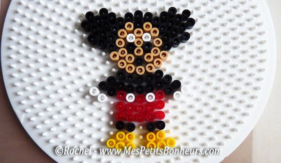 Mickey perles hama modele sur plaque ronde hama beads pyssla pinterest pokemon and search - Modele perle a repasser facile ...