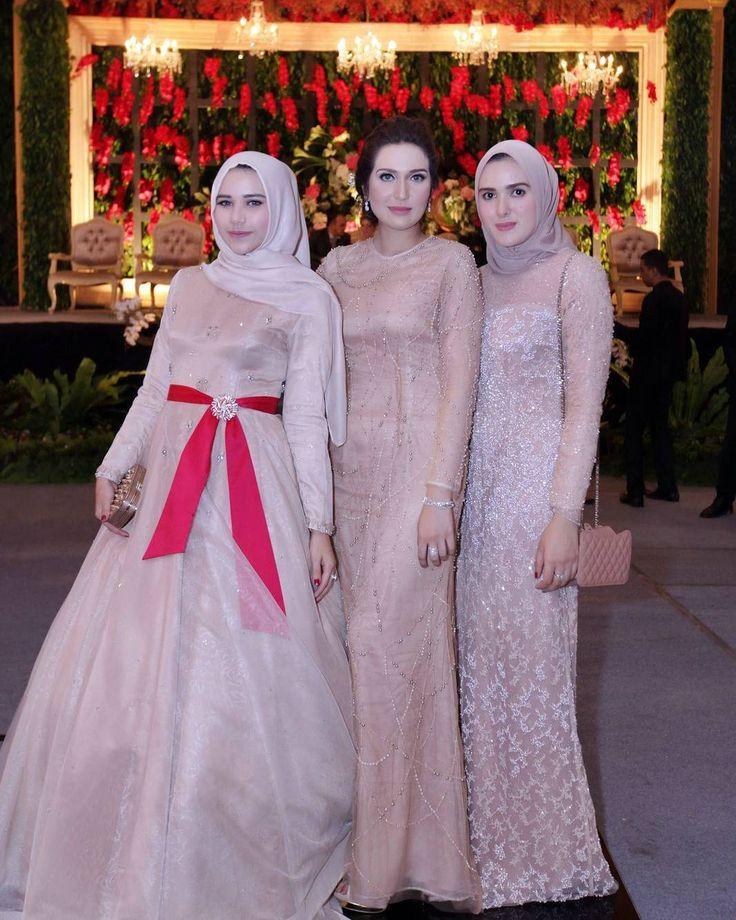 Clicked by @dariusmanihuruk #bridesmaid #cousins #wedding #modestbride by khanaanshamlan