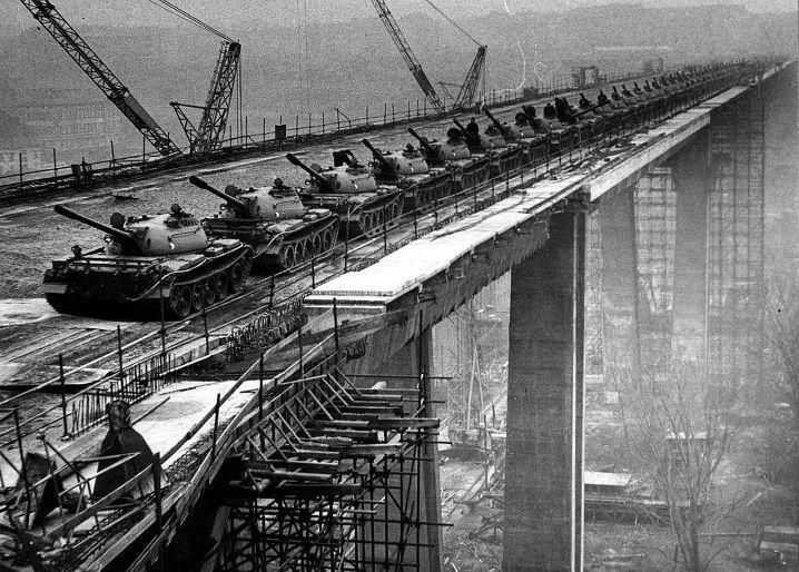Listopad 1970 – zatěžkávací zkoušku při stavbě pražžského Nuselského mostu (tehdy most Klementa Gottwalda) provedlo 66 tanků z rakovnického pluku