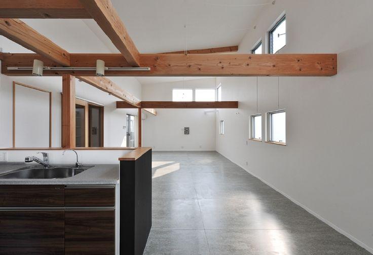 2階リビングのフロアは無垢のチーク材ではなく、#フレキシブルボード を使った。繊維で強化したセメントの板、不燃性で外壁やインナーガレージの壁などに使われる。 SUMiZで、床材として使った事例がなかったので、実際に事務所に敷き並べ、ホットカーペットを使って床暖房が利くかをも含め、テストしたうえでの採用だった。 念のため撥水加工を施し、実際に30帖のリビングに張ってみると、素朴ながらプアではなく、自然石のような質実さがあり、ご主人のイメージも実現した。 もとより外壁にも使われる材だから、堅牢さや断熱性など物性はタフで申し分がない。 要するに合理的である。