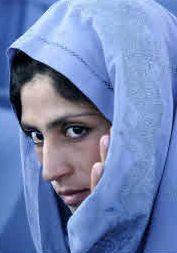 El Hiyab cubre la cabeza y el cuello   El término hace referencia a las normas que regulan la vestimenta de las mujeres en la tradición islámica, aunque en sentido más restringido se emplea para designar el conocido en Occidente como 'velo islámico'. Se trata de un pañuelo que cubre completamente la cabeza y el cuello. En versiones más modernas la cobertura no es total