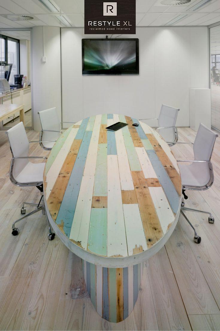 Vergadertafel van sloophout. #restylexl #kantoorinrichting #kantoormeubels #bureau #oudhout #hout #houten