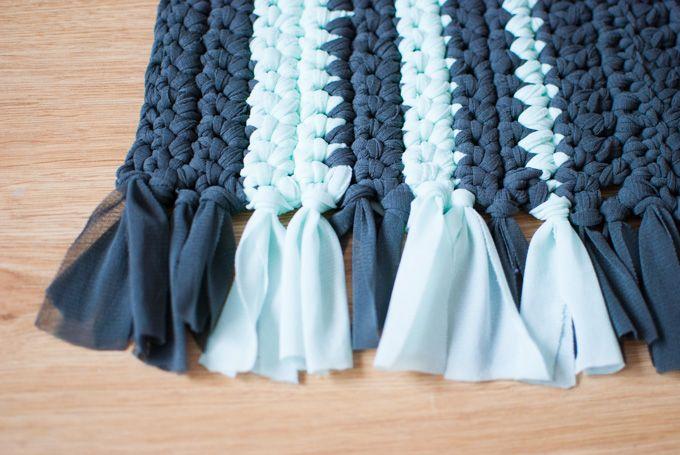 Las alfombras también pueden ser DIY: alfombras de ganchillo con trapillo o con restos de telas que tengas por ahí. Aprende a trabajar con hilos gruesos.