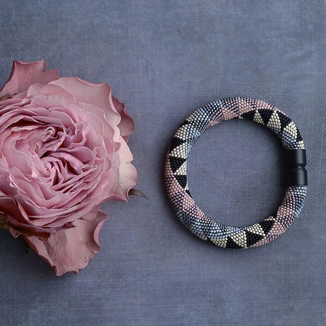 : Узор геометрический а цвет все равно цветочный пыльно-розовый  И тут очень клевый чёрный матовый замок  #жгут #жгутизбисера #вязаныйжгут #браслет #геометрия #пыльнаяроза #роза #beadcrochet #beadedbracelet #beadwork #rose #bracelet #beadart #art